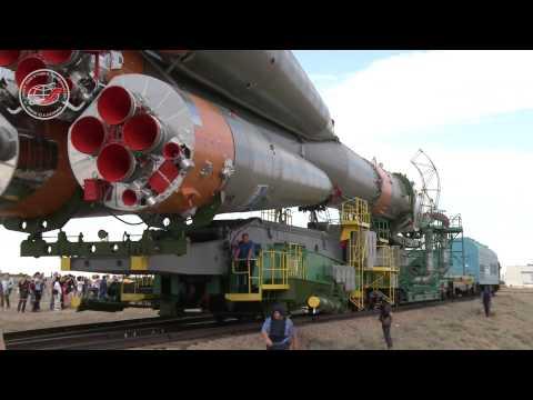 Смотреть Вывоз и установка ракеты-носителя на космодроме Байконур онлайн