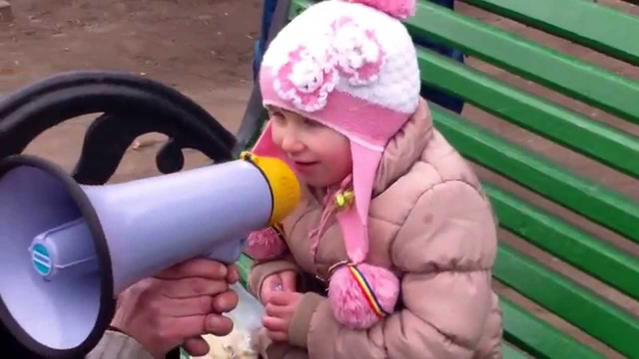 Nepoata lui Tudor Pînzari vorbește la megafon