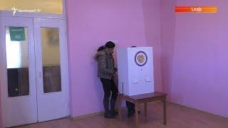 Օձունում բազմաթիվ ընտրողներ օգնողների ուղեկցությամբ են քվեարկում