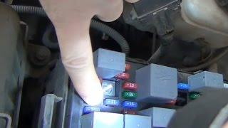 Замена предохранителя дальнего света фар в монтажном блоке под капотом KIA - Spectra