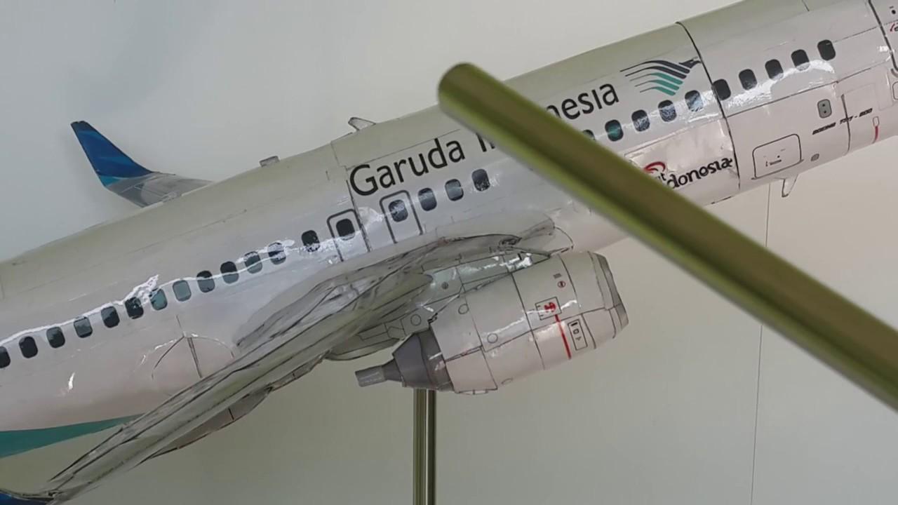 MINIATUR PESAWAT BOEING 737 GARUDA INDONESIA DARI KERTAS KARTON