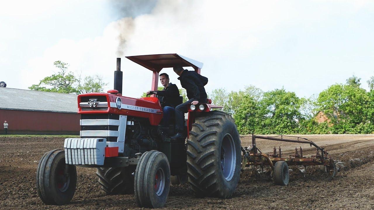 Massey Ferguson 1100 : Massey ferguson ploughing with furrow plough