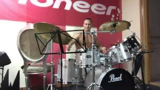 Парень играет на барабанах. Playing drums