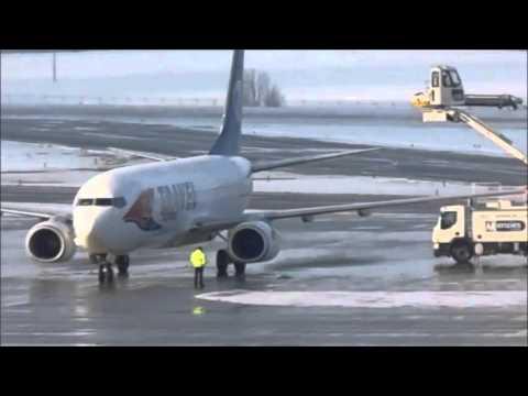 Amazing winter defrosting airplane at Prague [HD]