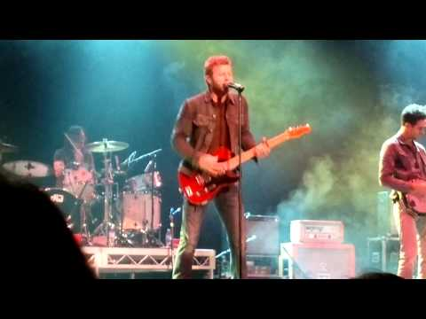 Dierks Bentley performing Lot of leavin' left to do