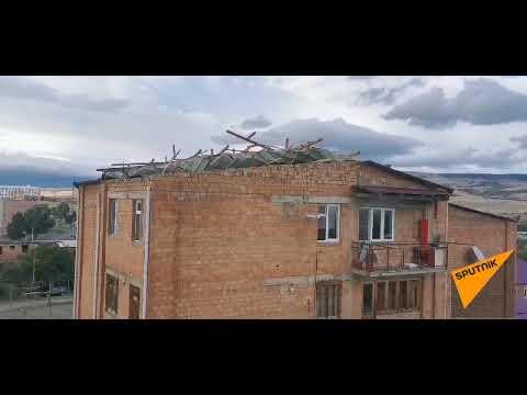 Ураганный ветер сорвал крышу с жилого дома в Тбилиси