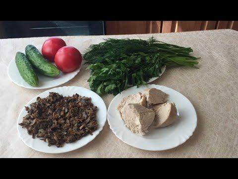 Салат из свежих овощей с курицей и грибами