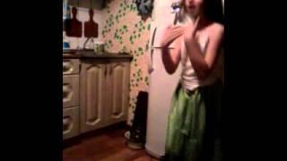 Отец подсмотрел как его дочь танцует