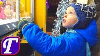 🌟 Новогодняя Ёлка Украшения и Огни Дом Santa Clause в Парке видео для детей влог entertainment(Максим пытается выиграть Миньонов в игровом автомате. С третей попытке папа выигрывает миньона для максим..., 2016-01-05T18:29:34.000Z)