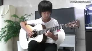 Парень не реально играет на  гитаре