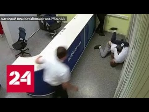 Во Внуково опоздавший на самолет пассажир отправил сотрудника авиакомпании в нокаут - Россия 24
