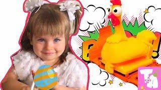 Танюшка играет в игру Веселая курица. Настольная игра для всей семьи