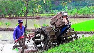Tractor Quick G1000 working in the mud Traktor Sawah sedang membajak sawah