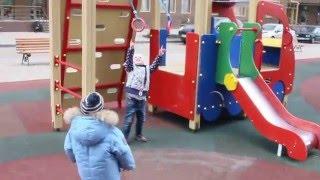 Детская площадка - Ева и Лео на прогулке - Веселые игры