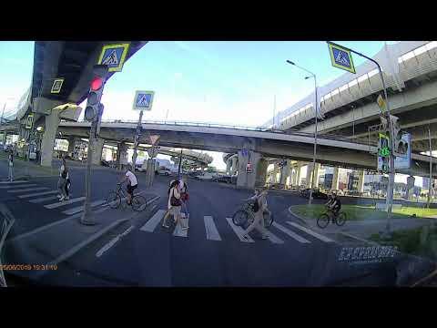 Автомобиль проехав на красный сигнал светофора,чуть не сбил велосипедиста.25.06.2019