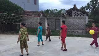 Mọi người rủ nhau ra đánh bóng chuyền tại nhà văn hóa