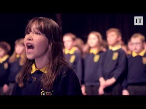 Une enfant autiste chante « Hallelujah » avec la chorale de l'école Killard House (Irlande du Nord)