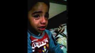 Criança chorando porque não foi no cas...