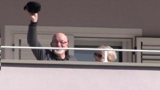 Ai domiciliari in casa della figlia, Tiziano Renzi saluta dal balcone