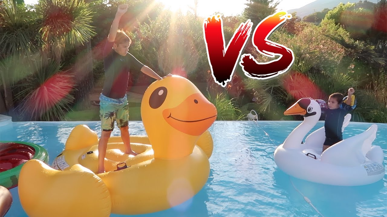 Challenge gonflables dans la piscine youtube for Swan et neo piscine