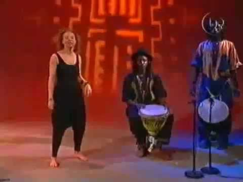 Omar Joof spelar djembe Afrikansk dans UR, Sveriges Utbildningsradio AB