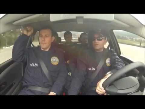 """Polis arkadaşlara """"geri geri giderken arabayı ters çevirme"""""""