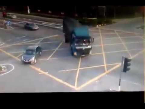 Treler Langgar Lampu Isyarat Rempuh Penunggang Motosikal