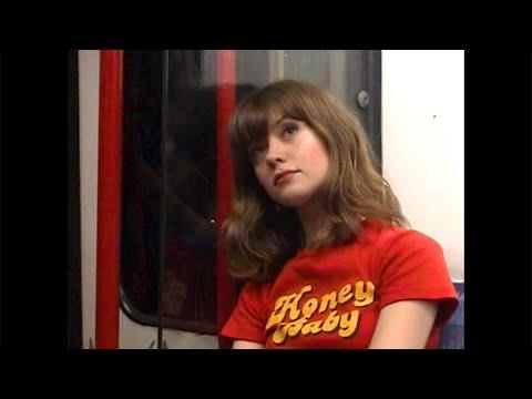 Смотреть клип Maisie Peters - Elvis Song