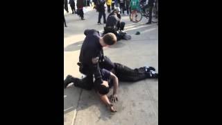 Поицейский в штатском помогает полиции
