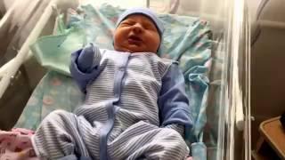 Новорожденный ребенок зевает