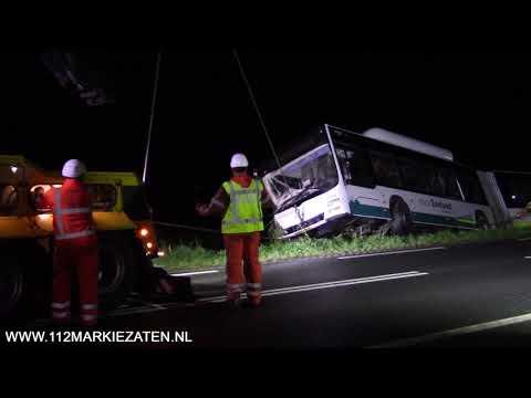 Lijnbus met inzittenden rijd de sloot in bij Sint-Annaland