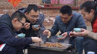 【食味阿远】阿远今天做炭烤石斑鱼吃,四人围着烤炉,辣的冒汗,吃的过瘾   Shi Wei A Yuan