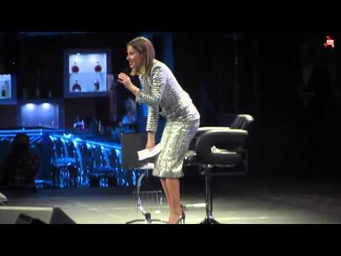Ксения Собчак получила неприятную записку из зала и в ответ задрала юбку