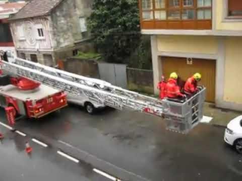 Los bomberos retiran una chapa de uralita de un tejado de Bueu ante el riesgo de que cayese