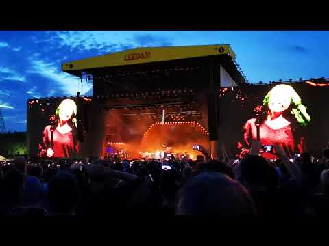 Mike Jones - Dave Grohl's Sings My Hero With His Daughter Violet At Leeds Festival