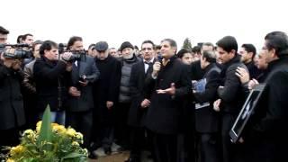 اسد بدیع در مراسم خاک سپاری ظاهر هویدا         Asad badi