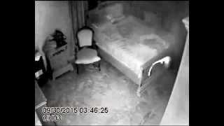 الجن موجودن في حياتنا..ولكن هل سبق أن رأيتهم؟ فيديو شخص شعر بوجود شيء غريب في الغرفة فوضع كاميرا للمراقبة