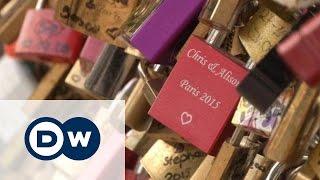 Под гнетом любви: мосты Парижа освобождают от замков влюбленных