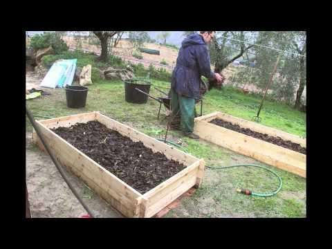 Primo orto orto a strati o lasagna youtube for Cassoni per orto rialzato