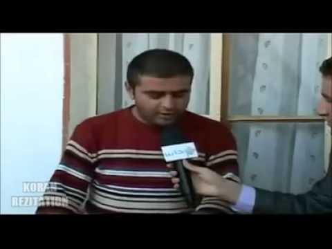 Kabe imamlarını taklit ederek Kuran Okuyor