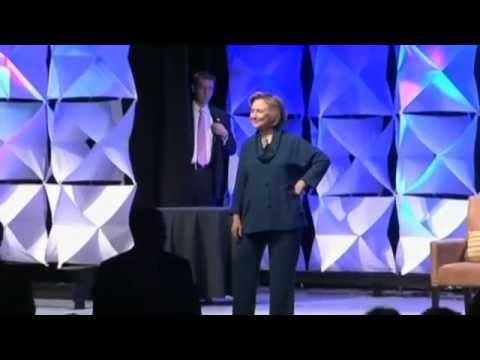 Frau wirft Schuh auf Clinton | Woman Throws Shoe at Hillary Clinton