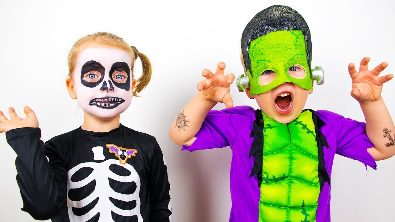 come comprare caratteristiche eccezionali stile romanzo Gaby and Alex Playing with Toys and Dress Up For Halloween