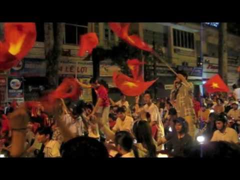 Crazy Vietnam Fans on Le Loi Street - Vietnam AFF Champion 2008