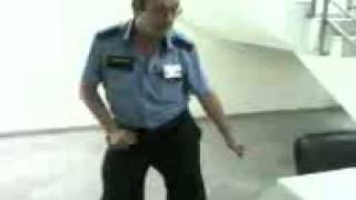 Охранник жжет:D