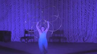 Танцы с обручем, акробатические трюки, гимнасты и клоуны