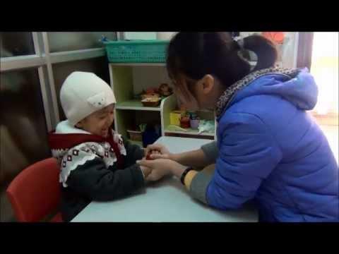Trẻ tự kỷ Myoko - Cô Thủy dạy M.Đăng.wmv