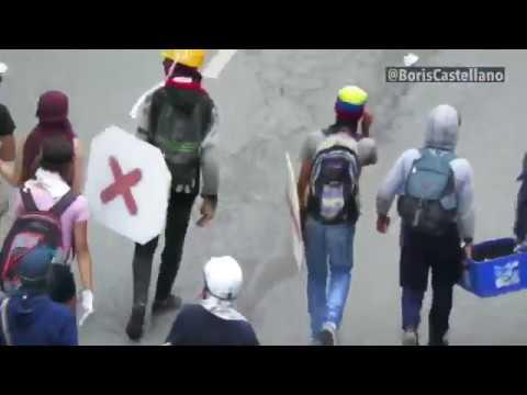 Alcalde de Chacao Ramón Muchacho camina con encapuchados llevando bombas molotov