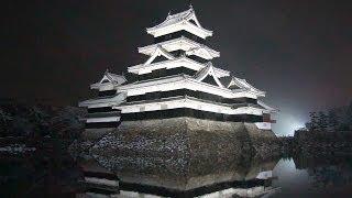 ライトアップされた松本城に小雪が舞う夜。文禄(1593~1594)年間に建...