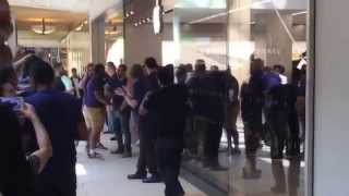 Gambar cover Grand Opening Apple Store at Queens Mall Going Crazy