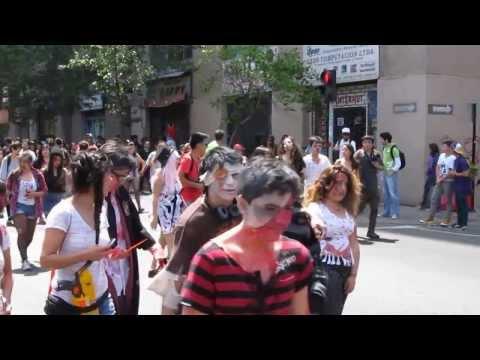 Horda caminando por Nataniel - ZOMBIEWALK 2013 - Santiago de Chile HD